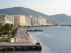01_The-waterfront-of-the-city-of-Chalkida-(Evia-island,-Greece),-with-its-famous-straights
