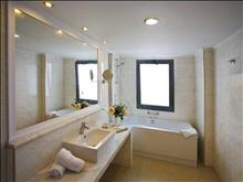 The Kresten Royal Villas & Spa: Junior Suite Bathroom