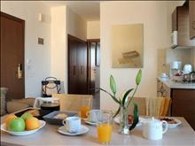 Rodian Gallery Hotel Apartments: Apartment 1-Broom
