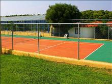 Aristoteles Beach Hotel: Tennis cort